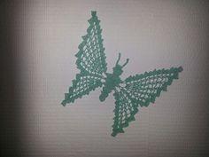 Gehaakte vlinder op glasvezel behang