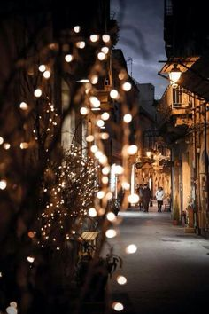 Find images and videos about winter, wallpaper and night on We Heart It - the app to get lost in what you love. Christmas Mood, Christmas Lights, Fall Lights, Christmas Garlands, Christmas Mantles, Christmas Trends, Night Lights, Vintage Christmas, Wallpaper Natal