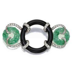 Platinum, ónix, jade y Diamante Broche, francés, Circa 1925 Centrar un anillo de ónix flanqueado por tallada bi jade, conectados por motivos cinta establecidos con viejos diamantes Europeo de corte un peso aproximado de 3,50 quilates, la marca del fabricante, marcas de ensayo franceses.