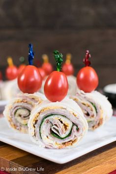 These easy Turkey Club Pinwheels are full of meat and cheese. They are great snacks to pack in lunches or eat as an after school snack. Turkey Pinwheels, Pizza Pinwheels, Tortilla Pinwheels, Easy To Make Appetizers, Appetizer Recipes, Party Appetizers, Toothpick Appetizers, Pinwheel Appetizers, Meat Appetizers
