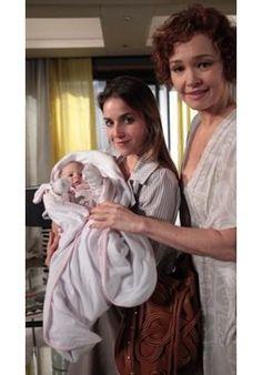 Os atores veteranos sempre arrancam suspiros e elogios dos telespectadores, mas quando um bebê meiguinho e lindo aparece em cena, o foco muda totalmente. Na novela Fina Estampa, por exemplo, a pequena Larissa, que entre em cena como sendo Vitória, te