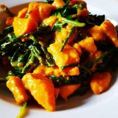 Zoete aardappel spinazie curry! Heerlijke romige en zoete treat uit de aziatische keuken.  Ingredienten (3 personen): Klont kokosolie 3 teentjes knoflook Stukje gember naar wens Koriander kruiden Komijn kruiden Kurkuma Zout Peper Gemberpoeder 3 middelgrote zoete aardappels Zak spinazie Bakje zeekraal van de appie Kokosmelk 400 ml Beetje Chili (gedroogd)