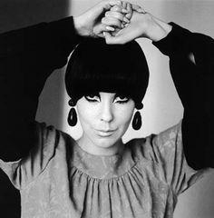 A modelo Peggy Moffitt, outro ícone dos 60's que teve os cabelos cortados por Vidal Sassoon.