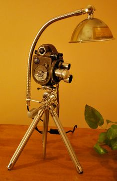 40 DIY Lamps and Lights You Can Make Yourself This repurposing of an old camera is perfect for any old movie buff or home theaters. Very impressive for family movie nights! Unique Home Decor, Diy Home Decor, Unique Desks, Homemade Home Decor, Steampunk Lamp, Steampunk Furniture, Brass Lamp, Pendant Lamps, Pipe Lamp