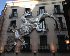 Una salamanquesa gigante hecha con 5.000 cd's domina la fachada de un edificio del centro de Madrid