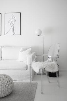 Wohnzimmer Ideen: Weiß Grau Wohnen mit dem Louis Ghost Chair von Kartell. Mit einem Fell versehen wird er zum Sessel-Ersatz | #connox #beunique