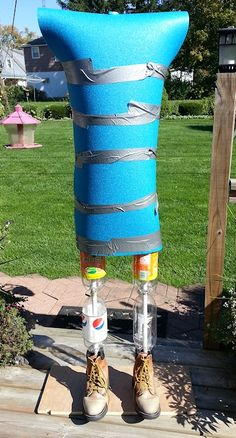 Outside friendly. Just add your favorite costume! Use PVC frames and simply add empty 2 liter bottles for leg filler. Incidentally, the necks of the bottles fit PVC pipe perfectly. Just use a bit to drill a hole in the bottom of the bottle. Casa Halloween, Spooky Halloween Decorations, Outdoor Halloween, Holidays Halloween, Halloween Crafts, Happy Halloween, Halloween Forum, Diy Halloween Props, Halloween Yard Art