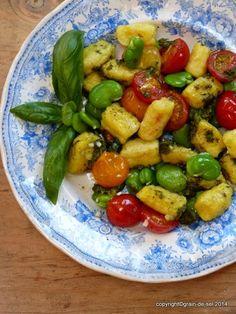 Parmesangnocchi mit fêves, ofengerösteten Kirschtomaten und Basilikum