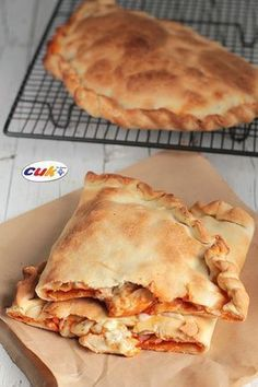 Calzone de Pollo a los tres quesos Quiches, Omelettes, Pizza Snacks, Salty Foods, Galette, I Foods, Italian Recipes, Love Food, Food To Make