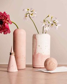Finding the best vase for your house doesn't always require a lot of money. Find out here to discover easy and simple DIY vase ideas. Cement Art, Concrete Crafts, Concrete Art, Concrete Projects, Decorative Concrete, Concrete Design, Art Projects, Clay Vase, Ceramic Vase
