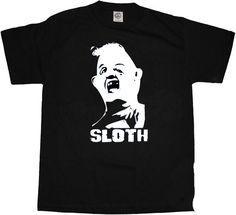 Camiseta Los Goonies. Sloth Camiseta con la imagen del personaje Sloth, de la clásica película de Goonies. En un mundo fantástico y lleno de sueños un grupo de niños luchan para salvar su barrio de unos especuladores inmobiliarios.