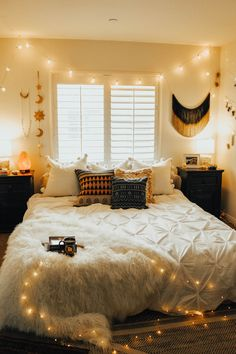 25 Cozy Bedroom Decor Ideas that Add Style & Flair to Your Home - The Trending House Trendy Bedroom, Cozy Bedroom, Bedroom Apartment, Room Decor Bedroom, Dorm Room, Bedroom Ideas, Bedroom Small, Bedroom Lighting, Bedroom Designs