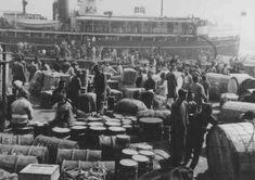 Refugiados judeus alemães desembarcando no porto de Xangai, um dos poucos locais que não exigiam visto de entrada. Xangai, China, 1940.