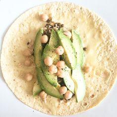 frokenrosa: Dagens lunch! Majstortilla med tahinidressing, belugalinser, mathavre, avokado och kikärter.