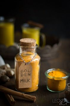 ein glas golden milk gewürzmischung mit etikett