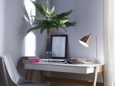 Die ungewöhnliche Kombination aus glänzendem Metall in Kupferrot mit einem stabilen Lampenfuß aus weiß-grauem Marmor unterstreicht die trendy Ausstrahlung dieser Tischleuchte. Der konisch geformter Lampenschirm schwebt an einem besonders schlanken, gebogenen Lampenarm. Der raffinierte Farb- und Materialmix verleiht ihr modernes Flair. Somit ist sie wunderbar kombinierbar mit allen modernen, eleganten oder klassischen Wohnstilen. Table Desk, Desk Lamp, Mesa Metal, Brass Table Lamps, Wall Plug, Messing, Floating Nightstand, Decoration, Modern Interior
