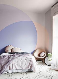 Eine grafische Wandbemalung ist eine erfrischende Art, hübsche Pastelltöne zu verwenden, ohne dass es geziert aussieht. Und je kühner, desto besser, denn sanfte Farbtöne werden das Design sowieso weicher wirken lassen – also kann dein Design ruhig ins Auge fallen – Trau dich! Sich überschneidende geometrische Formen oder Wände in zwei Farbtönen sehen frisch aus und geben Richtung – beides Begriffe, die man vielleicht sonst nicht mit Flieder und Pfirsich in Verbindung gebracht hätte……