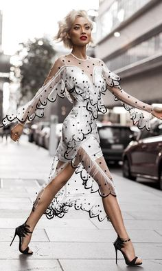/ White Tulle Dress With Black Moda para mujeres News Fashion, Look Fashion, High Fashion, Fashion Beauty, Autumn Fashion, Fashion Outfits, Womens Fashion, Fashion Trends, Fashion 2016
