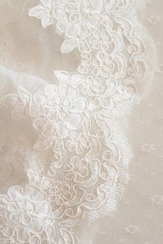 voile dentelle  http://atmospheremariages.fr/1162-4213-thickbox/voile-mariee-decoration-mariage-accessoire.jpg