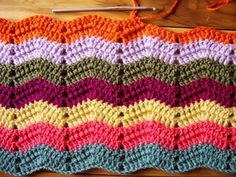 New to crochet? Check out these 25 Free Crochet Afghan Patterns for Beginners. With these easy crochet blanket tutorials, you can learn the basic stitches. Crochet Ripple, Crochet Afgans, Crochet Motifs, Manta Crochet, Crochet Stitches, Ripple Afghan, Chevron Crochet, Crochet Crafts, Crochet Yarn