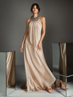 Check out our 2019 Cocktail & Evening dresses Collections and find the perfect dress for your event. We have a large range of colors, from blue to pink, black and red and even more and dresses in all lengths, from midi to maxi. Bridesmaid Dresses, Prom Dresses, Formal Dresses, Wedding Dresses, Beaded Collar, Groom Dress, Chiffon Dress, Beautiful Dresses, Ideias Fashion