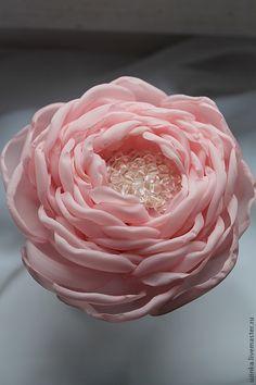 Купить или заказать Резинка для волос 'Нежная роза' в интернет-магазине на Ярмарке Мастеров. Резинка для волос 'Нежная роза' выполнена из шифона, расшита прозрачными бусинами. Может быть сделана в виде броши, заколки для волос. Диаметр 10 см. Очень лёгкая.