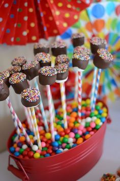 Marshmallow pops with sprinkles. Fun and festive for a birthday party (and I love the use of gumballs to hold them)! Marshmallow pops with sprinkles. Fun and festive for a birthday party (and I love the use of gumballs to hold them)! Elmo Party, Festa Party, Snacks Für Party, Party Treats, Cake Pops, Marshmallow Pops, Marshmellow Ideas, Marshmallow Halloween, Candy Buffet