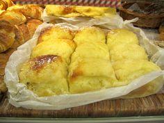 Pao de Deus - Portuguese brioche with coconut paste Lisbon, Portuguese, Hamburger, Bakery, Sweet Treats, Chips, Coconut, Ethnic Recipes, Food
