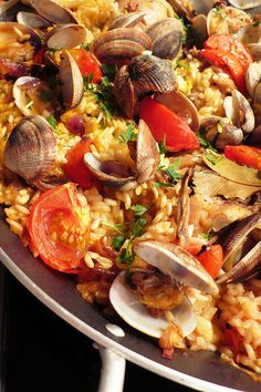 paella - one of my fav dishes AND it is gluten free! Fish Dishes, Seafood Dishes, Seafood Recipes, Cooking Recipes, Seafood Paella, Paella Food, Paella Pan, Cooking Tips, Comida Latina