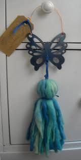 Imagen relacionada Diy And Crafts, Arts And Crafts, How To Make Tassels, Hanging Crystals, Yarn Thread, Ribbon Art, Wine Bottle Crafts, Weaving Techniques, Sewing Crafts