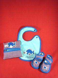 bavoir, lingettes et chaussons Baby Shoes, Creations, Kids, Clothes Crafts, Gifts, Fabrics, Young Children, Boys, Baby Boy Shoes
