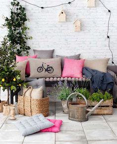 Śliczna aranżacja balkonu. Różowe poduszki dodają uroku :)
