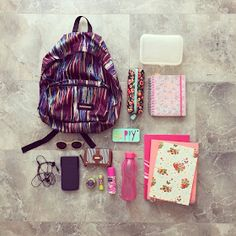Blog da Renata Princess : Como ser uma garota tumblr na escola ♥ What In My Bag, What's In Your Bag, Middle School Lockers, Back To School, School Locker Organization, Tumblr School, School Suplies, School's Out For Summer, Diy School Supplies