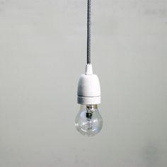 La lampada a sospensione Nobody bianca cavo b/w mescola minimalismo e retrò. Si compone di un portalampada ceramico a vista e verniciato con finitura opa...