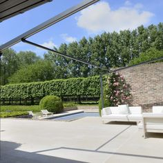 Pergolamarkise - minimalistisk og stilfullt | Solskjerming ute | uteDESIGN Oasis, Arch, Sidewalk, Outdoor Structures, Garden, Outdoor Pergola, Patio, Longbow, Garten