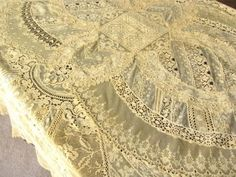 FABULOUS-Antique-French-NORMANDY-MIXED-LACE-Hand-Pieced-TABLECLOTH-COVERLET
