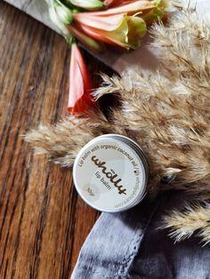 All natural lip balm με βιολογική καρύδα, βούτυρο κακάο και μελισσοκέρι. Natural Skin Care, Lip Balm, Sensitive Skin, Coconut, Lips, Products, Eos Lip Balm, Gadget