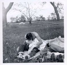 Vintage couples in love. So sweet. Vintage Romance, Vintage Love, Vintage Kiss, Vintage Couples, Cute Couples, Old Pictures, Old Photos, Young Love Pictures, Vintage Couple Pictures