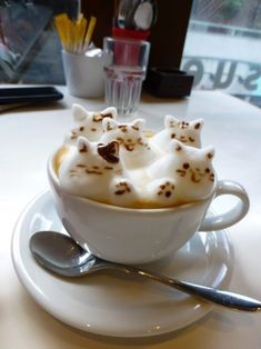 latte art in Tokyo. At Reissue in Harajuku, artists create amazing art on and with the foam of a latte, cappuccino and even hot chocolate. Coffee Latte Art, Coffee Cafe, Iced Coffee, Coffee Shop, Café Chocolate, Tasty, Yummy Food, Cafe Food, Coffee Recipes