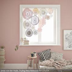 Wer eine von diesen fünf DIY-Ideen fürs Fenster umsetzt, möchte seine Vorhänge sicher zugezogen lassen – weil sie so wunderschön sind.