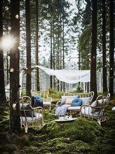 Décor mariage en extérieur terrasse dans la foret salon de jardin sur l'herbe pour une mariage ambiance bohème et confortable