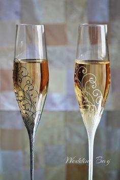 Wedding Shot Glasses, Bride And Groom Glasses, Wedding Champagne Flutes, Painted Champagne Flutes, Bride Groom, Decorated Wine Glasses, Painted Wine Glasses, Wine Glass Crafts, Toasting Flutes