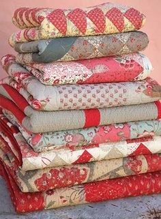 How sweet is this stack of lovely quilts? I ❤ these!