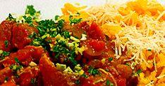 I Italien tillagas osso buco traditionellt av kalvlägg. Med fina köttiga bitar av färsk fläsklägg blir detta precis lika gott. Be om hjälp i butiken, benen måste sågas i köttdisken. Osso bucon serveras med en ljuvligt doftande saffransrisotto och gremolata.