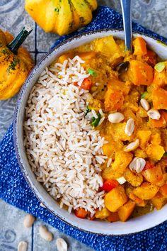 Vegetarisches Kürbis-Curry mit Hokkaidokürbis und Reis. Ein einfaches und gesundes Rezept mit Kürbis für das Mittagessen. #curry