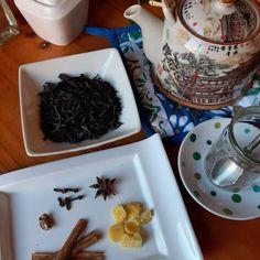 TÉ CHAI un clásico de India y que ha pegado muy bien en Occidente. Chai significa té por lo tanto acá estamos diciendo té té, su nombre original es Masala Chai, Masala= especias Chai= té. Al igual que la preparación del curry el mix de especias varía de región en región, incluso de familia en familia. Y aunque esta bebida se toma en todas las esquinas de la India su origen es Inglés. Quienes buscando consolidar el mercado del té indio que ellos explotaban, crean esta mezcla con las especias… Te Chai, Masala Chai, Curry, Tableware, Spice, Beverage, Western World, Searching, Curries