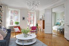 Está procurando formas de trazer cor à sua casa? Tá tudo muito branco e sem graça? Este apartamento decorado no estilo escandinavo é super colorido e cheio