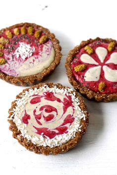 Summer Berry Vanilla Cream Tarts: these little babies are full of fruity goodness (raw, vegan).