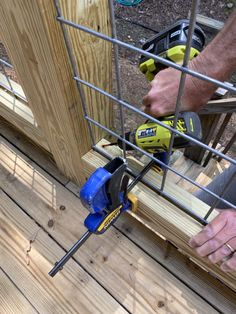 DIY Hog Wire Deck Railing Wire Deck Railing, Hog Wire Fence, Deck Railing Design, Dog Fence, Fence Design, Deck Railing Ideas Diy, Horizontal Deck Railing, Patio Ideas, Backyard Fences