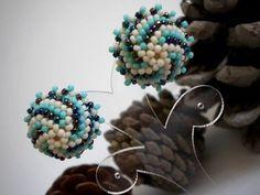 Videoanleitung zur Einfassung einer Halbkugel (Ring, Ohrstecker) mit 11ern Perlenhülle ... man muss zwar die furchtbaren Fingernägel von Lilli ertragen, kann aber gut erkennen wie's geht;-)  (I capricci di Lilli auf YouTube)